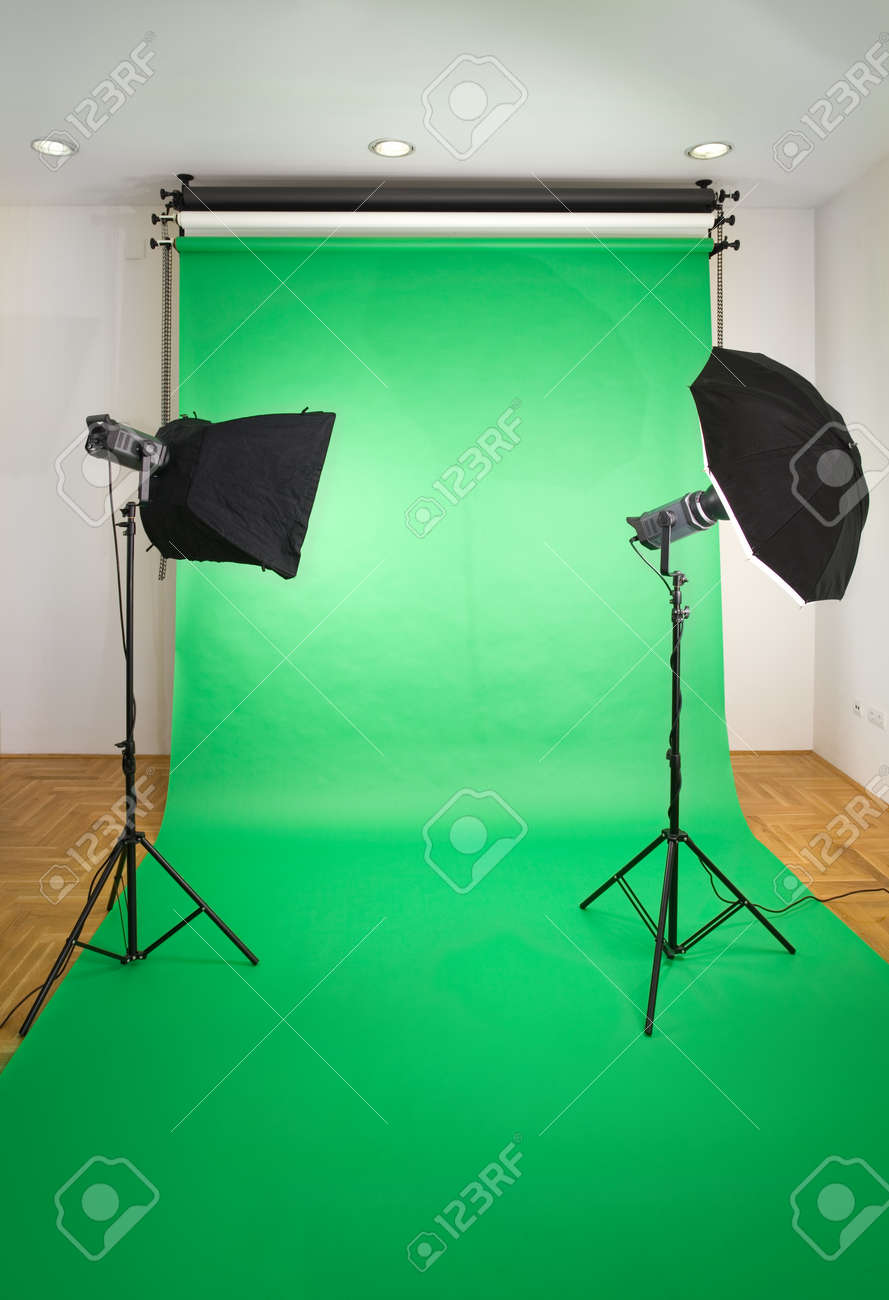 Empty Photo Studio with Lights and Green Backdrop Standard-Bild - 13848483