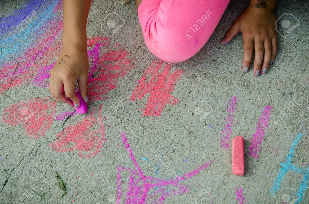Kind Zeichnung Mit Rosa, Lila Und Blaue Kreide Auf Bürgersteig In ...
