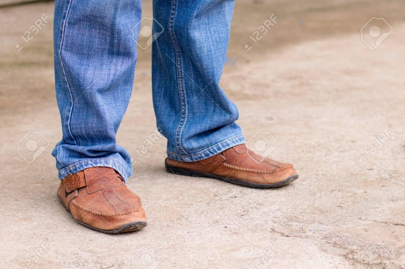 En Jeans L'homme Jambes La Mode Le Et Sur De Bottes Jeune Marron qTCw7YXw