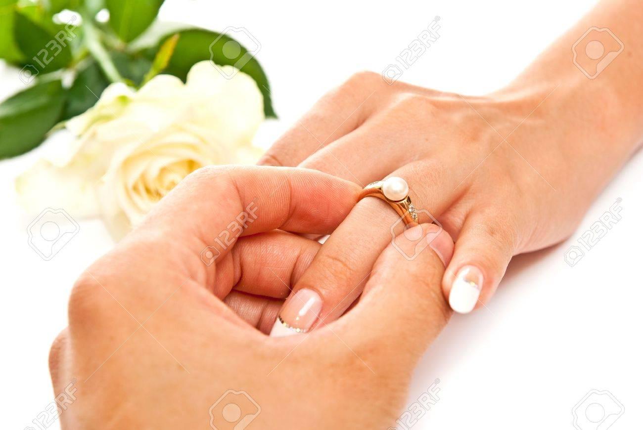Почему нельзя одевать обручальное кольцо до свадьбы