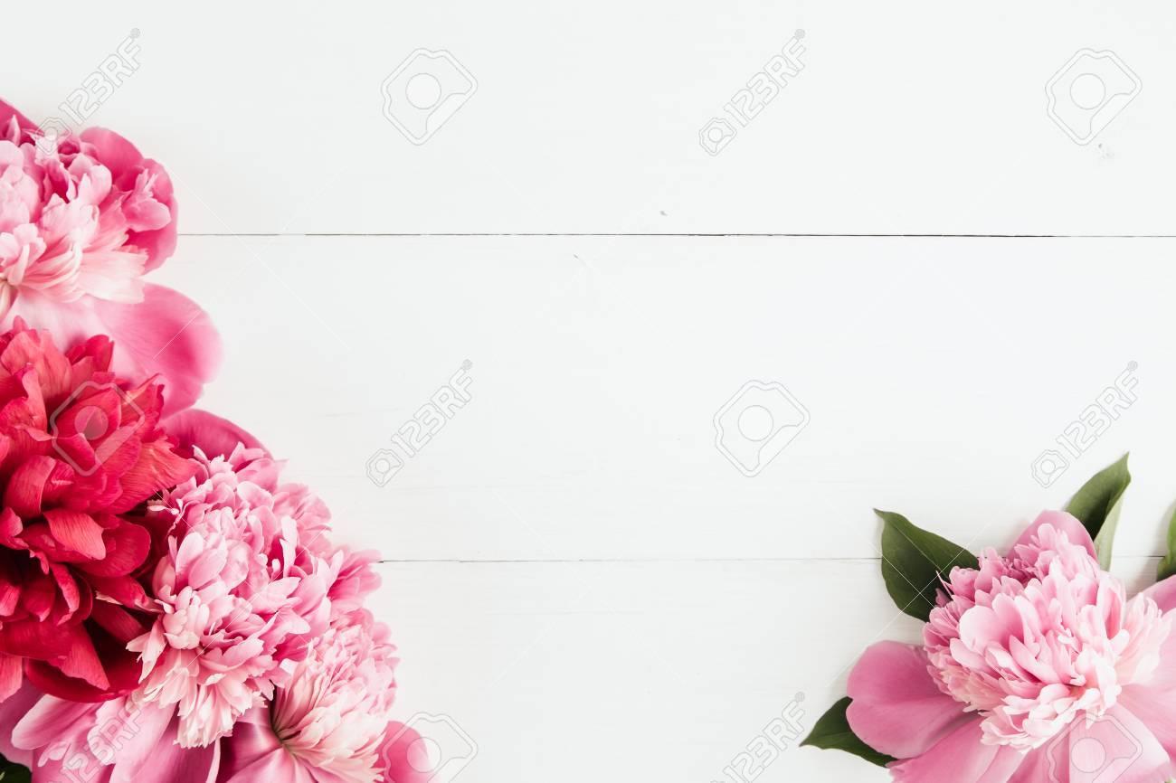 Fresca Marco De Flores Peonías En El Fondo De Madera Blanca, Copia ...