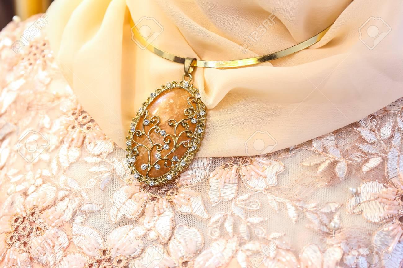 Diamant-Halskette Für Hochzeitskleid Lizenzfreie Fotos, Bilder Und ...