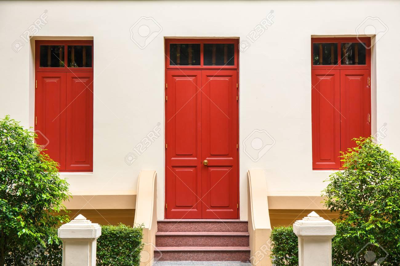 Porte Rouge, Fenêtre Rouge, Sur, Mur Crème, Sur, Escalier Rouge, à ...