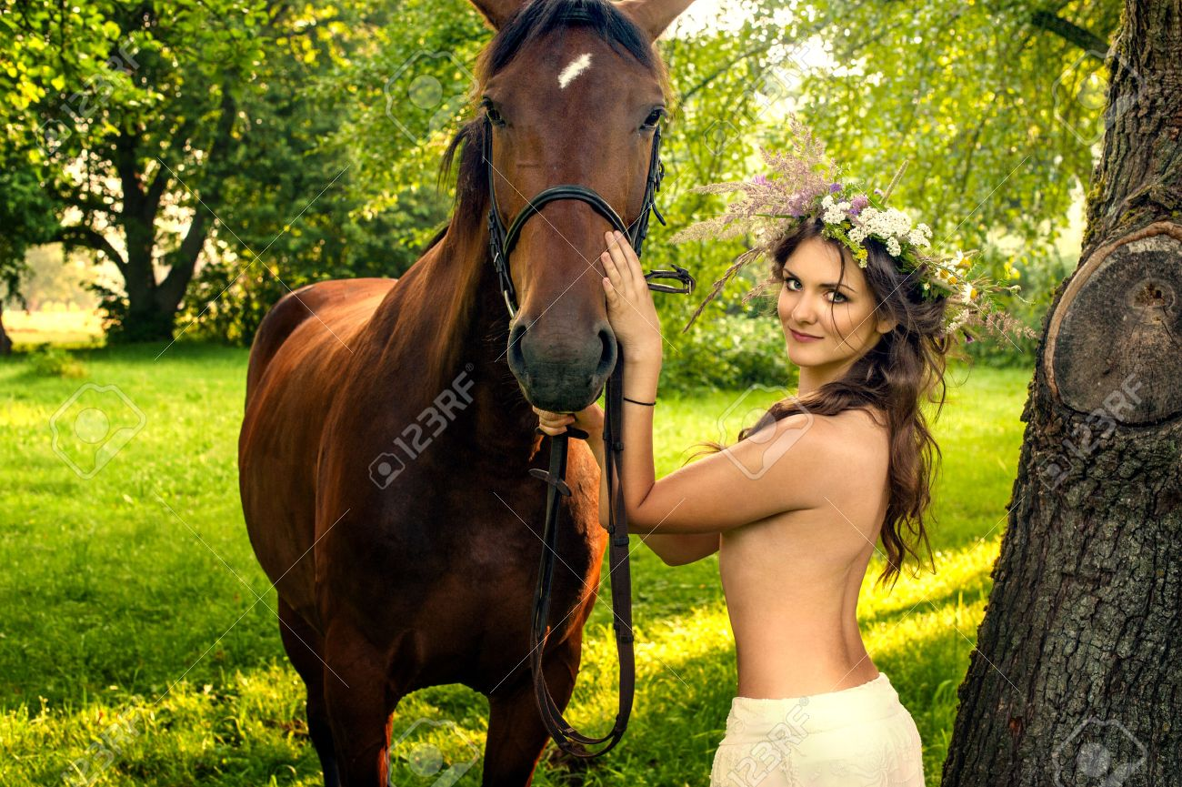frau mit pferd nackt