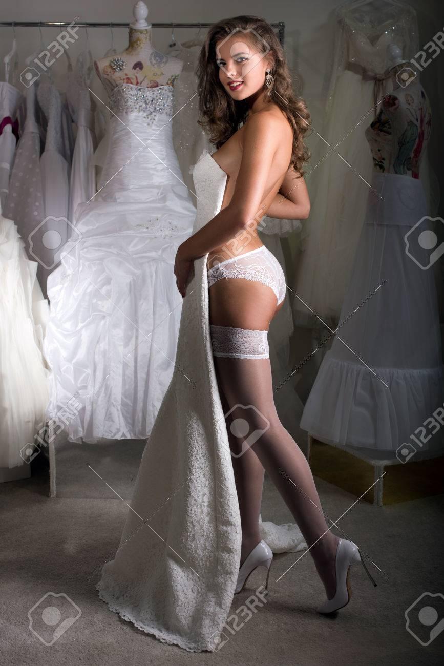 Mädchen Wählt Ein Hochzeitskleid, In Unterwäsche Im Salon Aufwirft ...