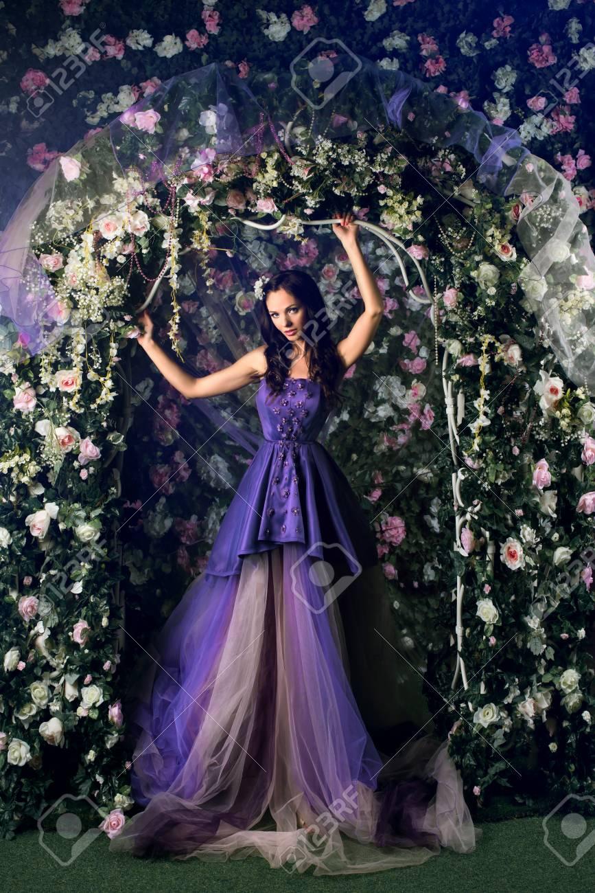 Schone Frau Brunett Lang Lila Kleid Posiert Im Blumengarten Tragen Lizenzfreie Fotos Bilder Und Stock Fotografie Image 61607295