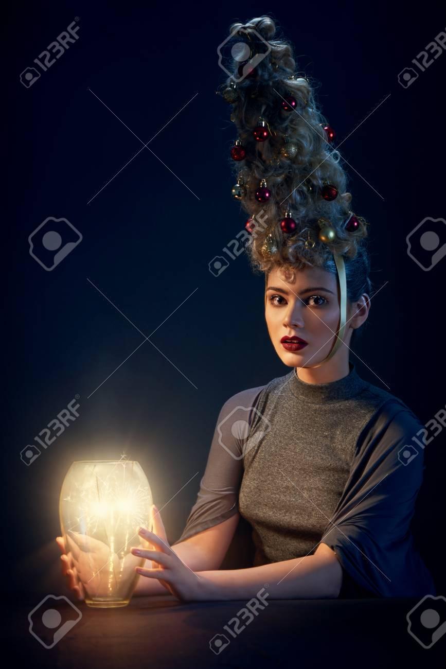 La Belle Femme Avec La Coiffure De Sapin De Noel Et La Neige Sur Les
