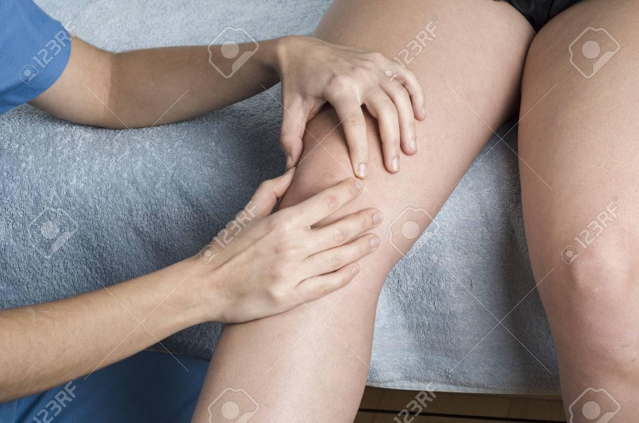 Fisioterapeuta, Quiropráctico Haciendo Una Movilización De La Rótula ...