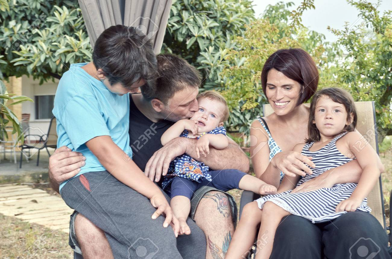 f7cb2af295f9c Archivio Fotografico - Grande famiglia. Genitori con tre figli all aperto.  Due figlie e un figlio.