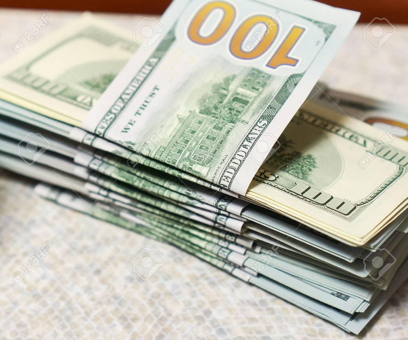 Marfil Tabke Con Dinero De Cien Dólares En Una Pila Alta Pila De