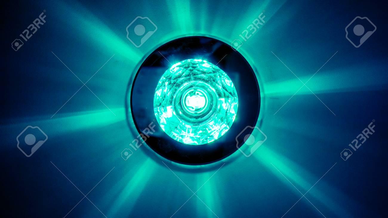 75477177 cercle gros lustre avec des cristaux un miroir rond et des lampes qui ont fait la r%C3%A9flexion sur le pla Banque dimages Résultat Supérieur 16 Beau Gros Miroir Rond Pic 2017 Gst3