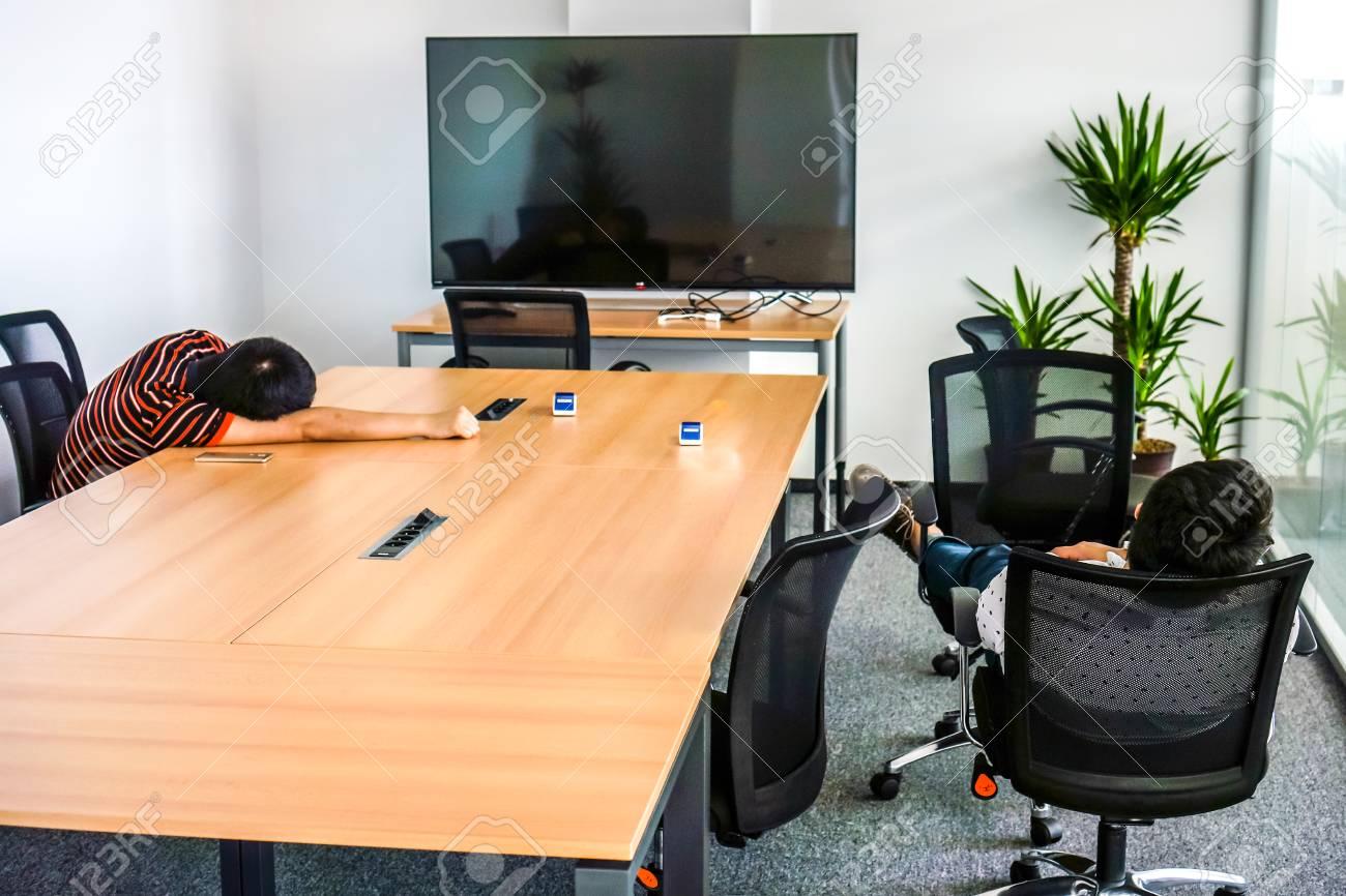 Moniteur noir fin pour travailler dans la salle de réunion avec