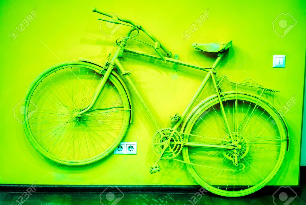 Prise De Courant Et Interrupteur Sur Le Mur Avec Un Vélo Vert