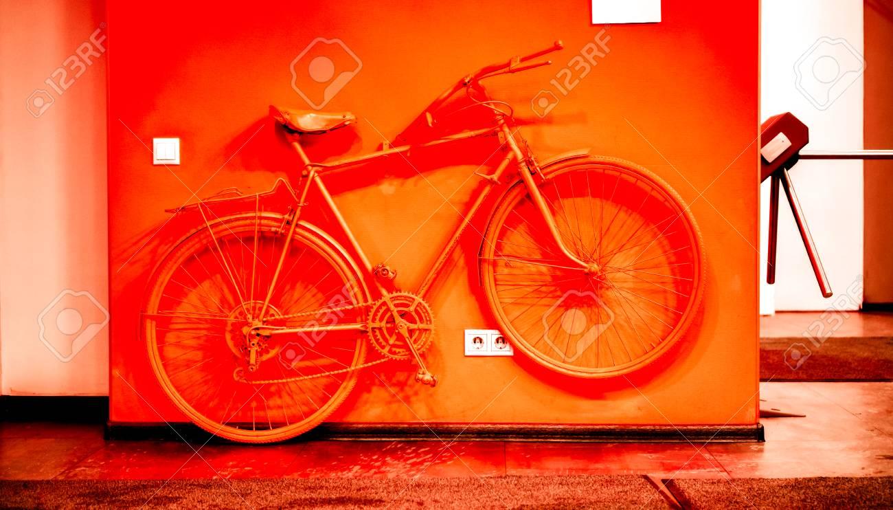 Vélo Vintage Tonique à La Couleur Rouge Acide Et Se Connecter Au Mur