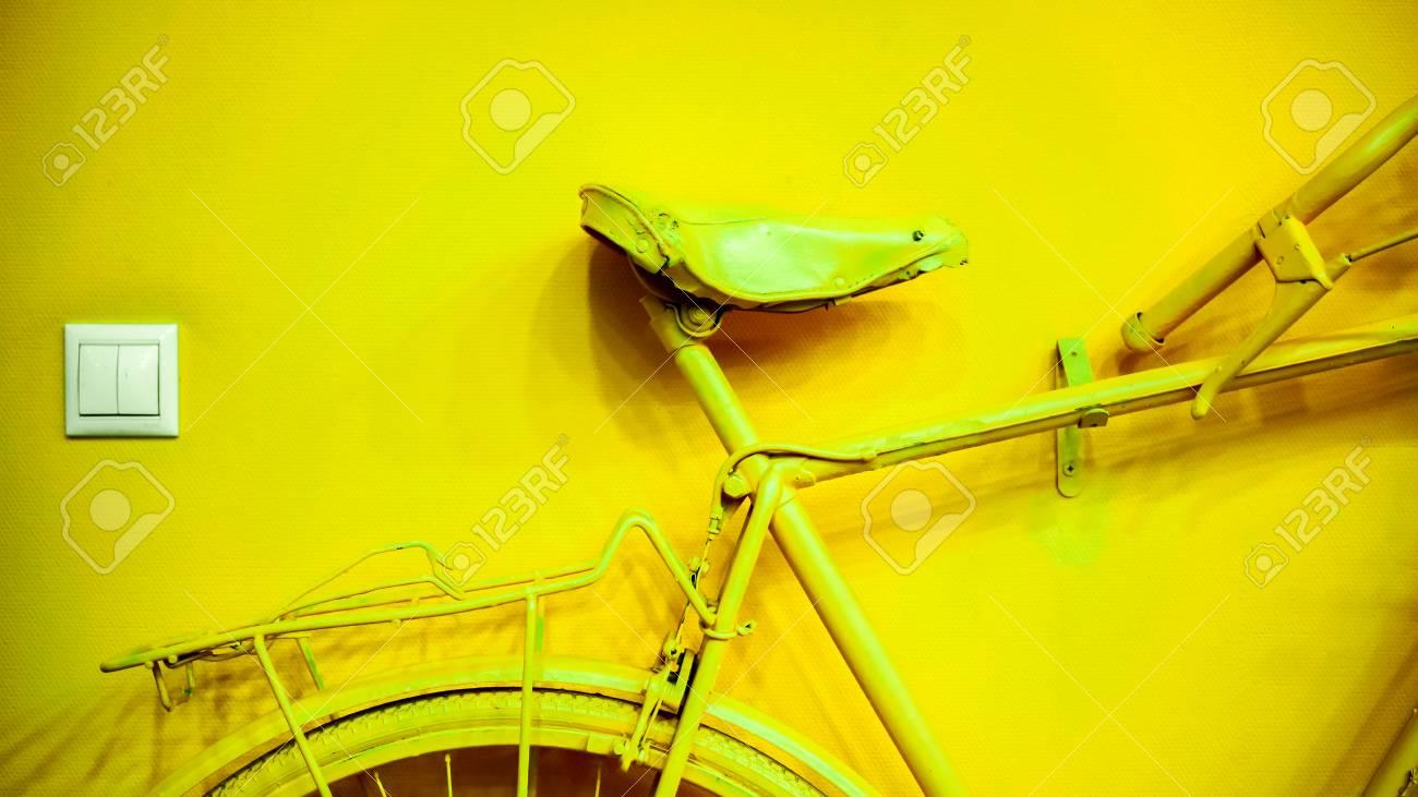 Zócalo Pequeño Cerca De Parte Amarilla Dorada Brillante De La Rueda ...