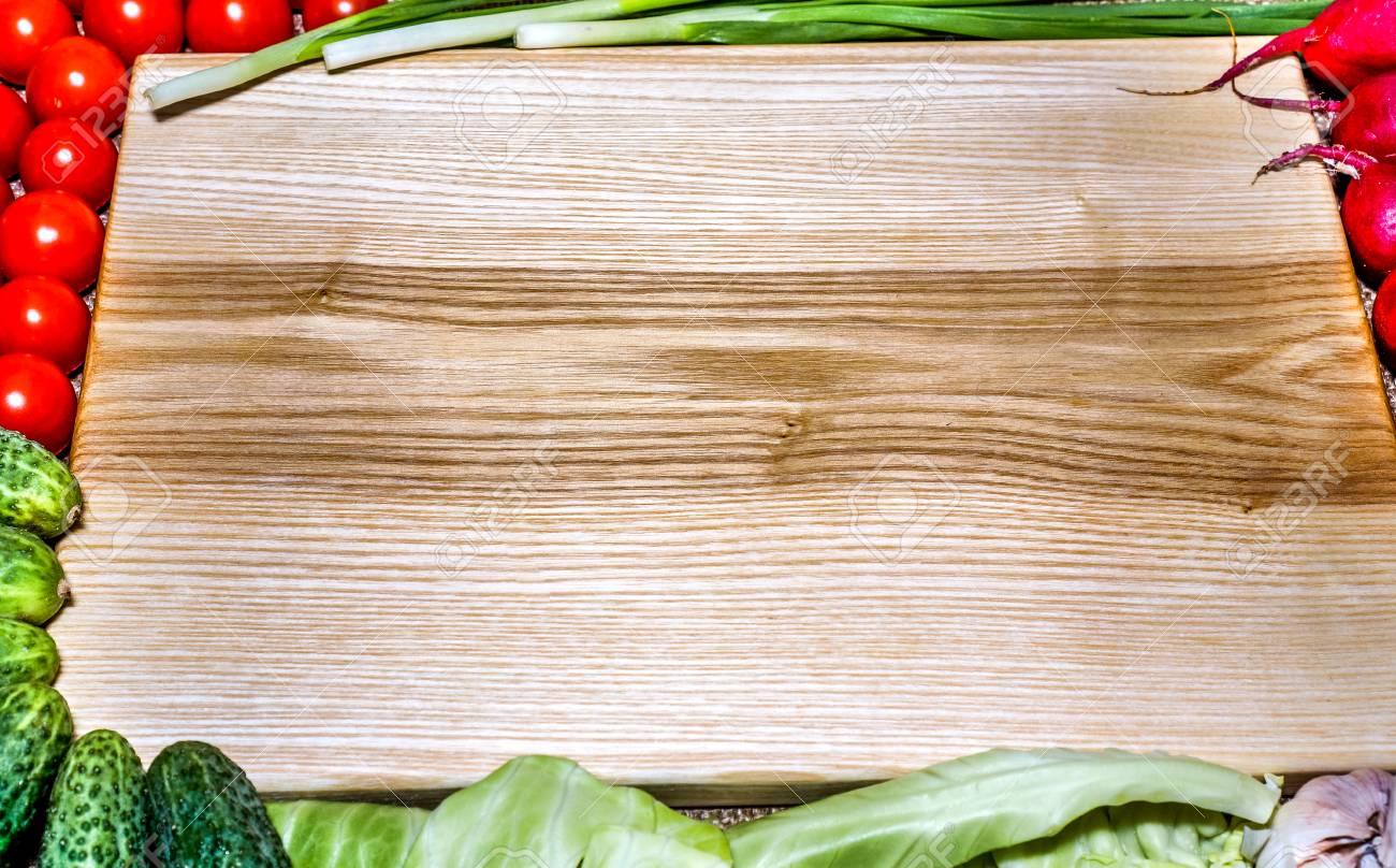 Legno Naturale Chiaro : Tavolo da cucina in legno naturale chiaro con verdure e pomodori