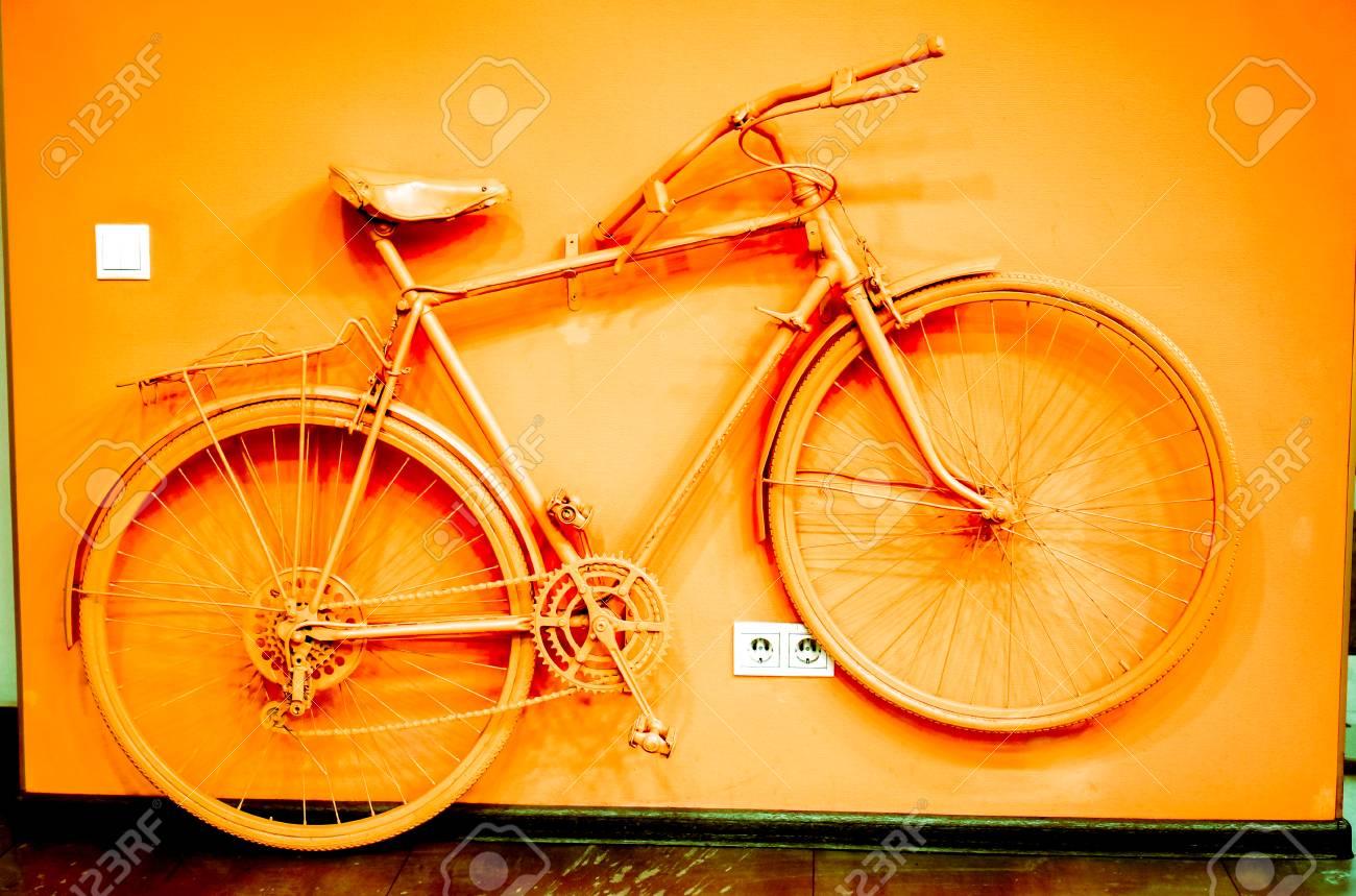 Pareti Colore Arancione : La bicicletta depoca si è tinta al colore arancio acido e si