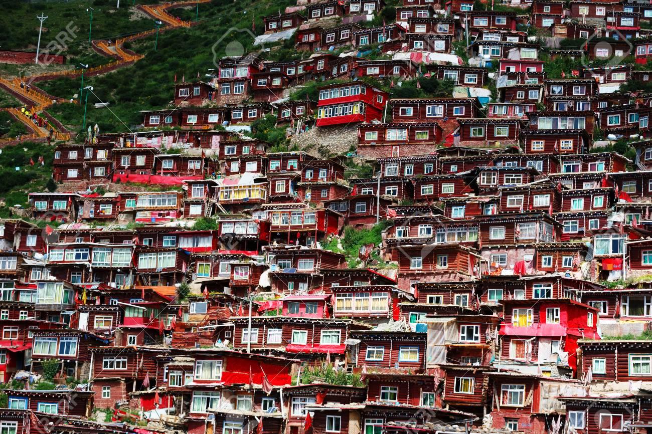 丘の上の赤い家、Sertar、中国のチベットの仏教研究所 の写真素材 ...