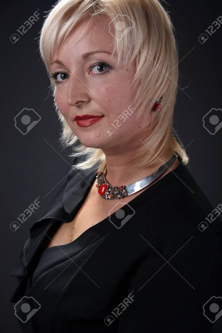 Vestido negro con collar plateado