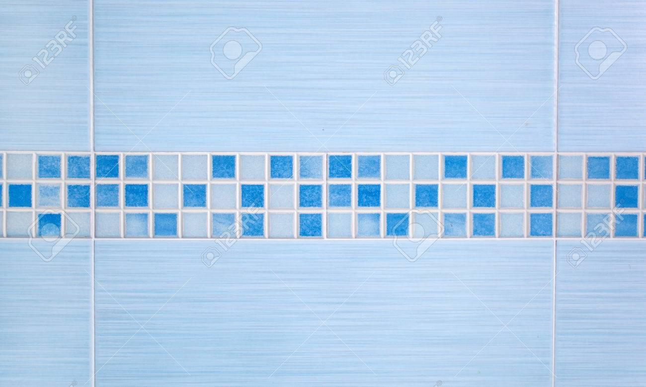 piastrelle blu con mosaico fila montati sul muro del bagno foto ... - Blu Piastrelle Del Bagno Mosaico