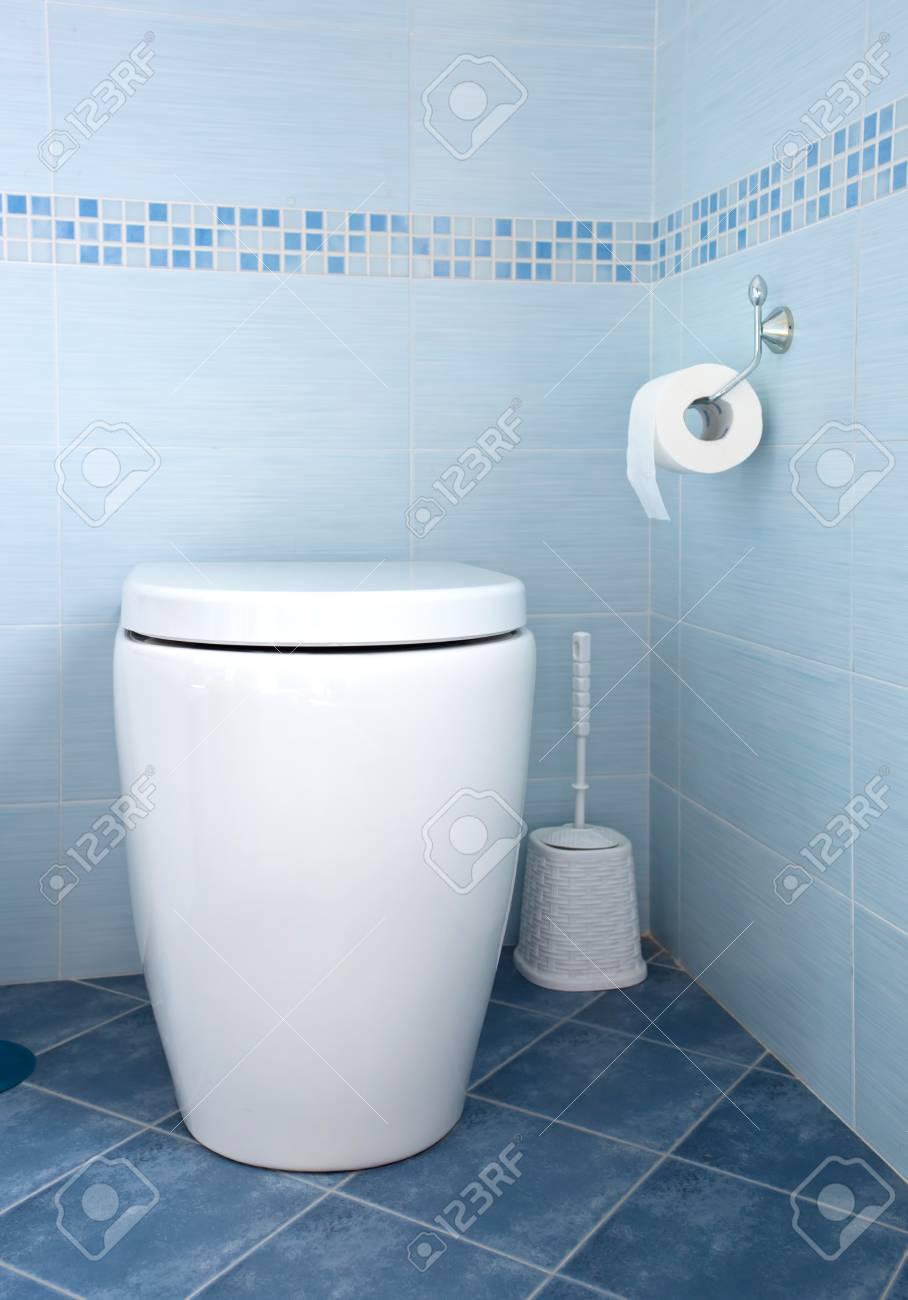 El Bano Azul.Taza Del Inodoro Moderno De Color Blanco En El Bano Azul