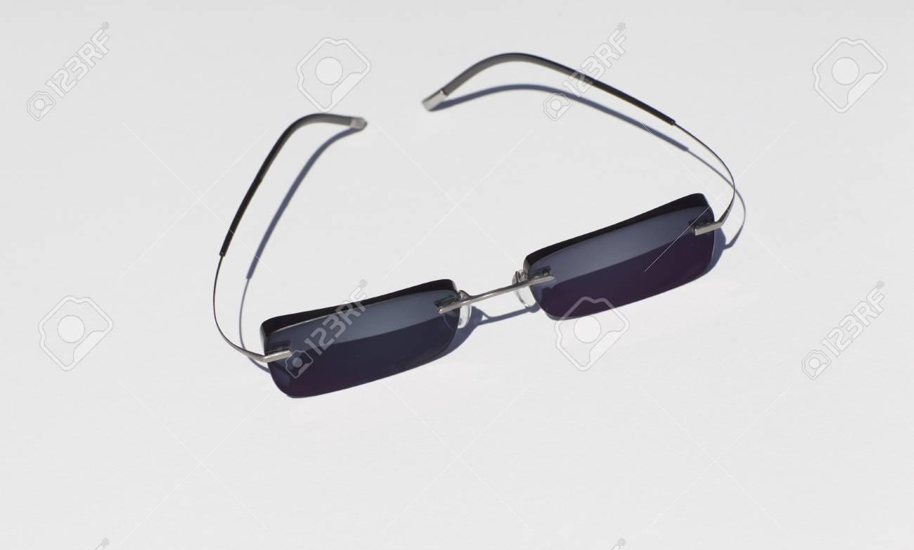 Zonnebril Lichte Glazen : Mode zonnebril met een lichte legering in het frame op een witte