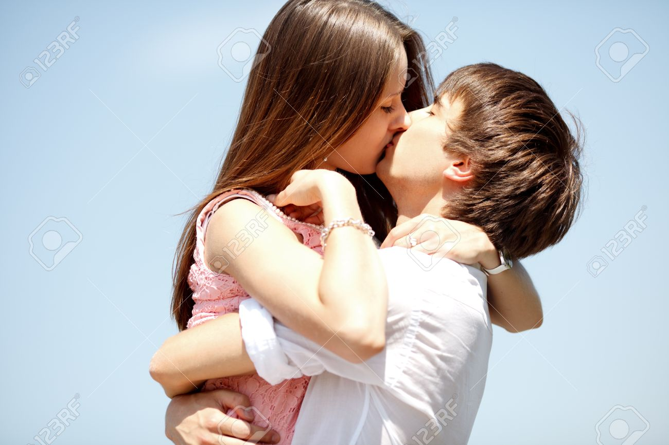 Couple Qui S Embrasse kissing couple stock photo, picture and royalty free image. image
