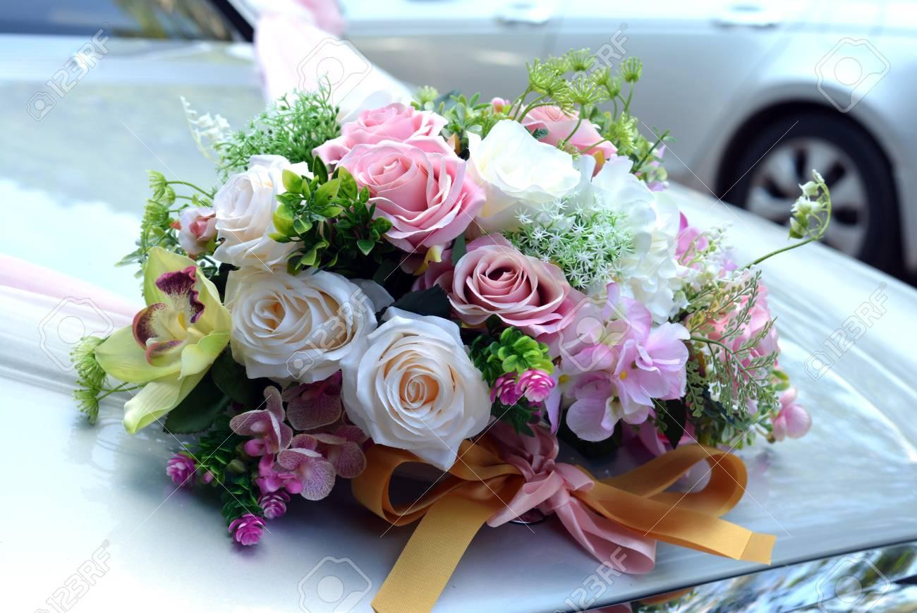 Rose Bouquet De Fleurs Artificielles Sur La Voiture Du Capot Ceremonie De Mariage