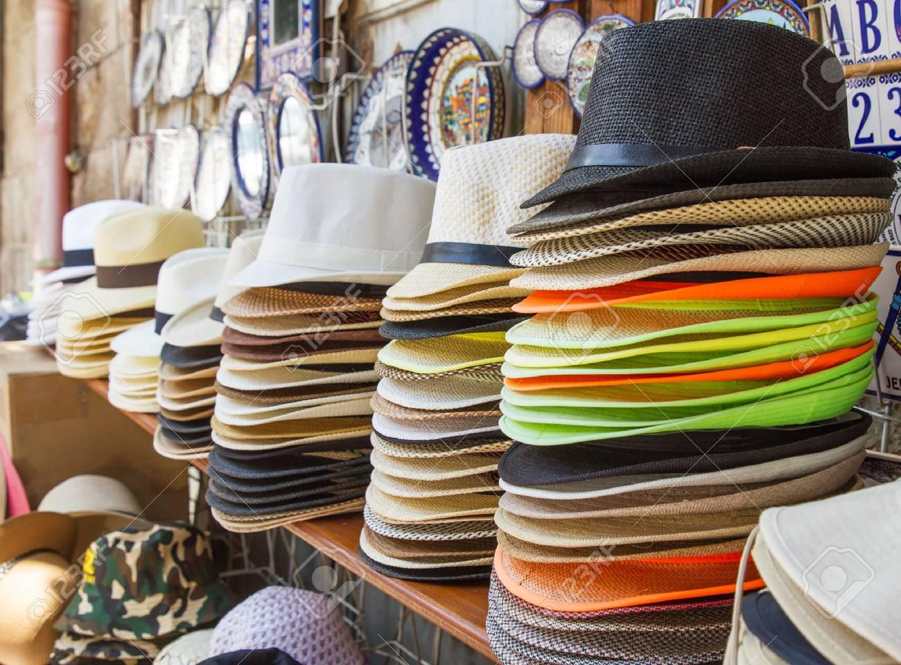 Foto de archivo - Handmade Sombreros de Panamá para la venta. Sombreros de Panamá  para la venta en un puesto del mercado. 649f4d00890