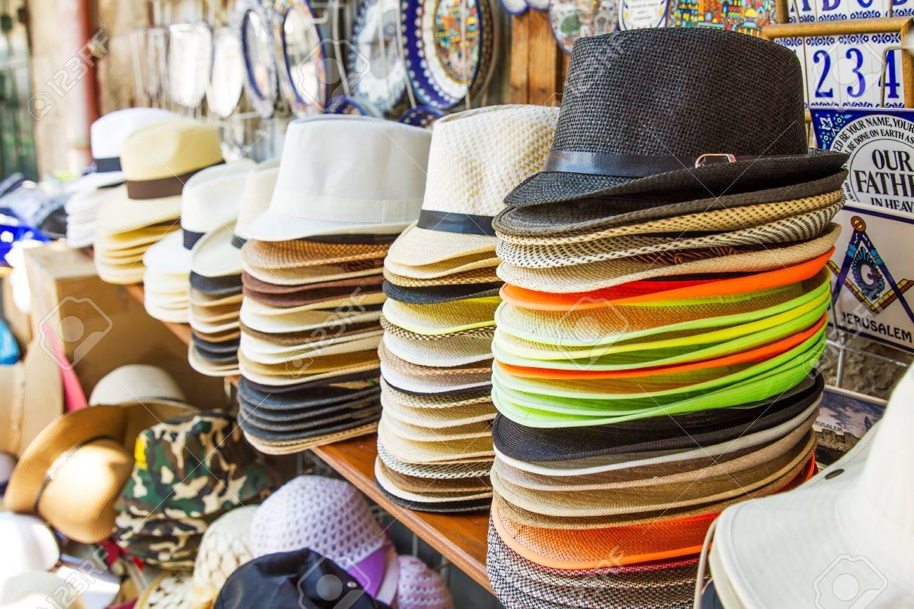 Foto de archivo - Hechos a mano sombreros de Panamá para la venta. Los  sombreros de Panamá para la venta en un puesto del mercado. fc70dfdc6af