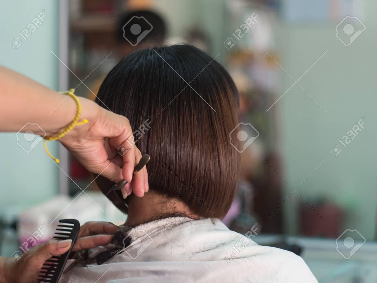 Coiffeur Coupe Les Cheveux Courts Jeune Femme Asiatique Au Salon De Beaute Banque D Images Et Photos Libres De Droits Image 61007082