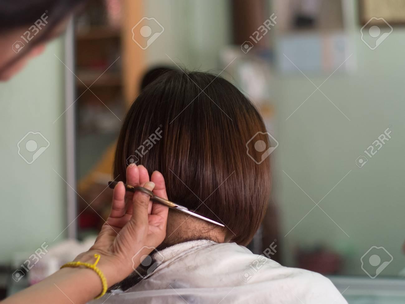 Coiffeur Coupe Les Cheveux Courts Jeune Femme Asiatique Au Salon De Beaute Banque D Images Et Photos Libres De Droits Image 61007084