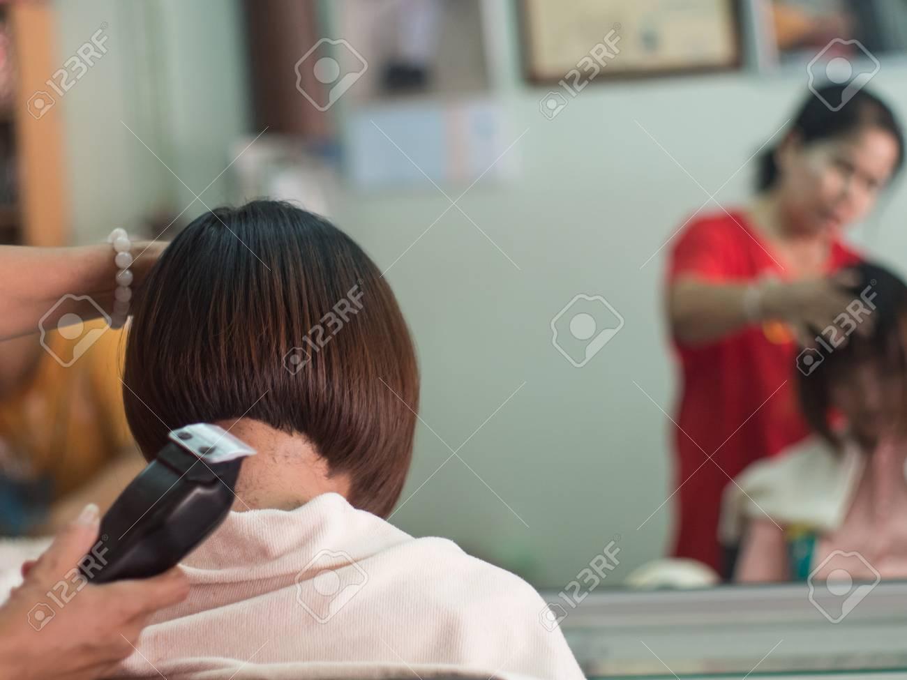 Coiffeur Coupe Les Cheveux Courts Jeune Femme Asiatique Au Salon De Beaute Banque D Images Et Photos Libres De Droits Image 61007090