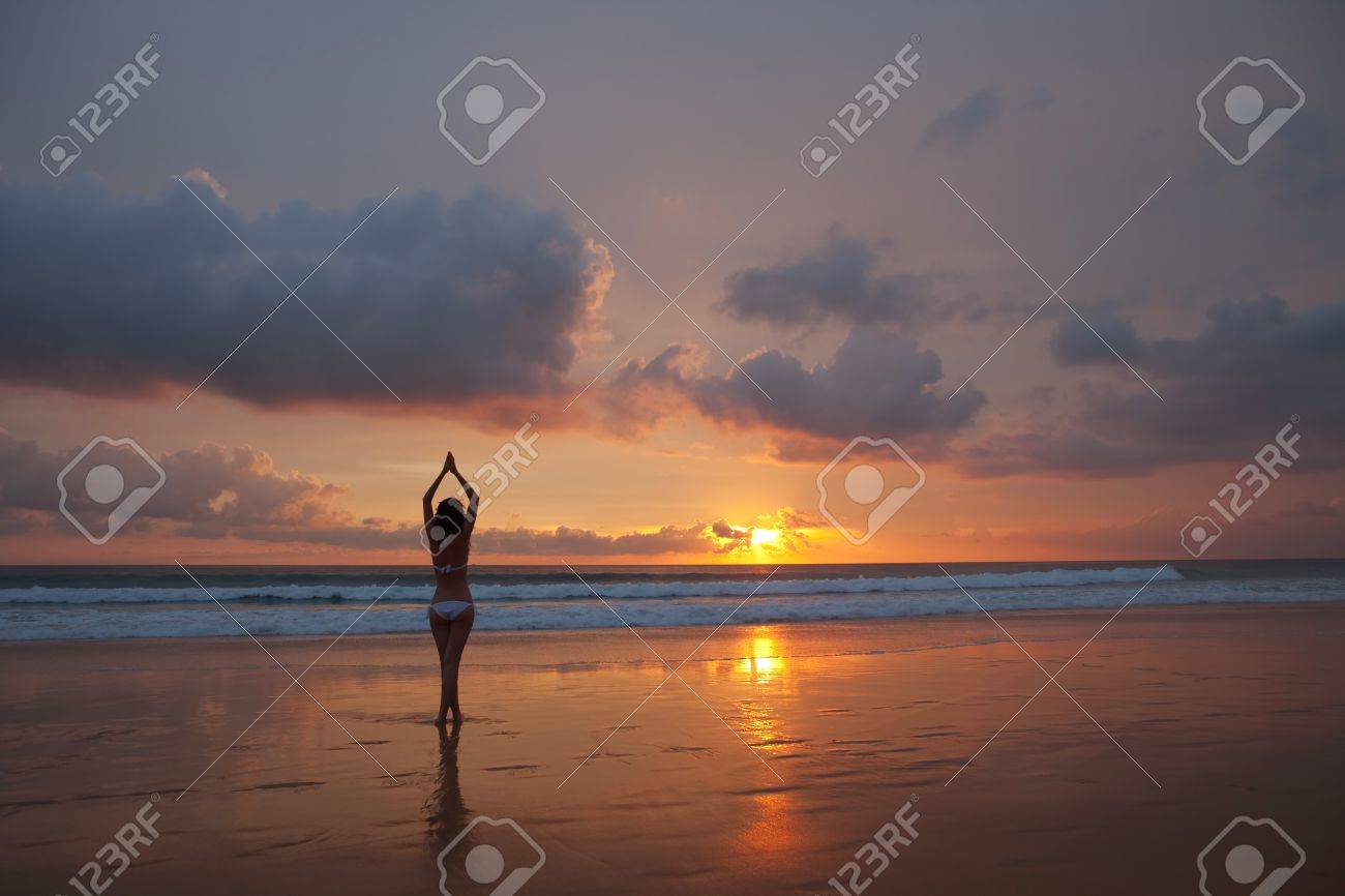 silhouette of woman on the sunset Stock Photo - 15238200