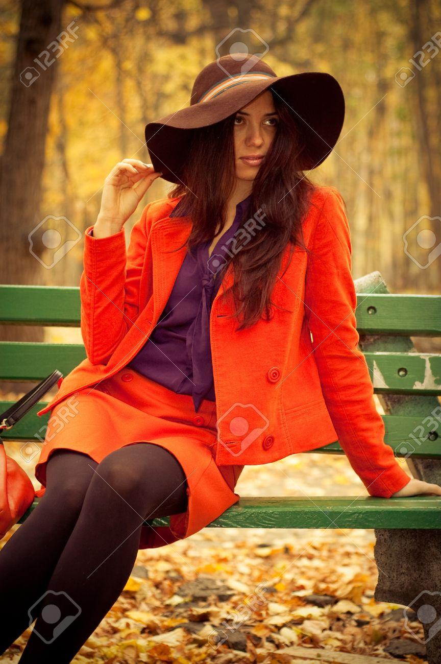 фото под юбками на скамейке