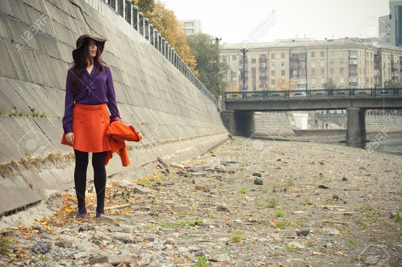 オレンジ色のスカートと紫のシャツのファッションの女の子。 写真素材 ,