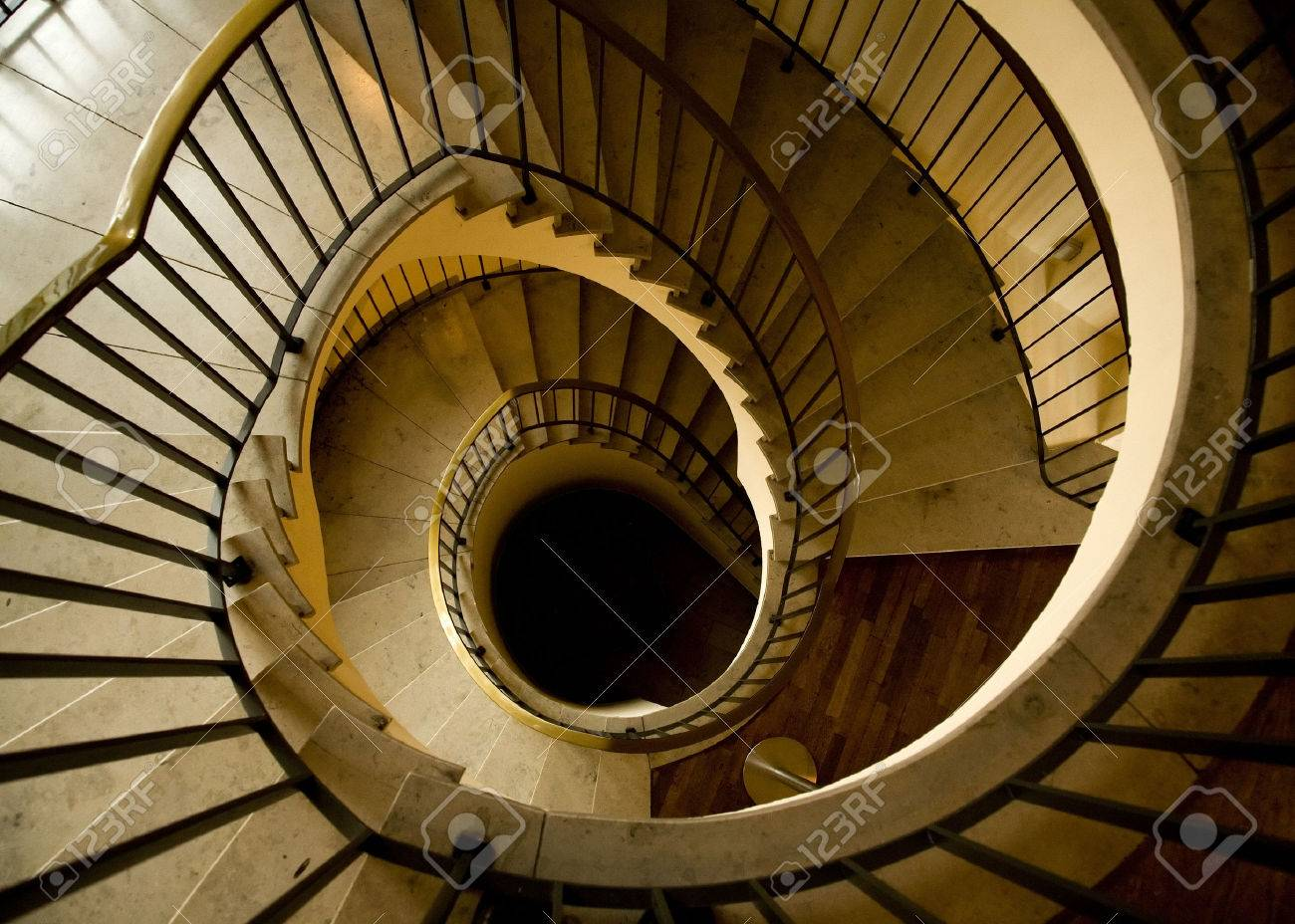 escalera espiral lujosa con los pasos de piedra foto de archivo