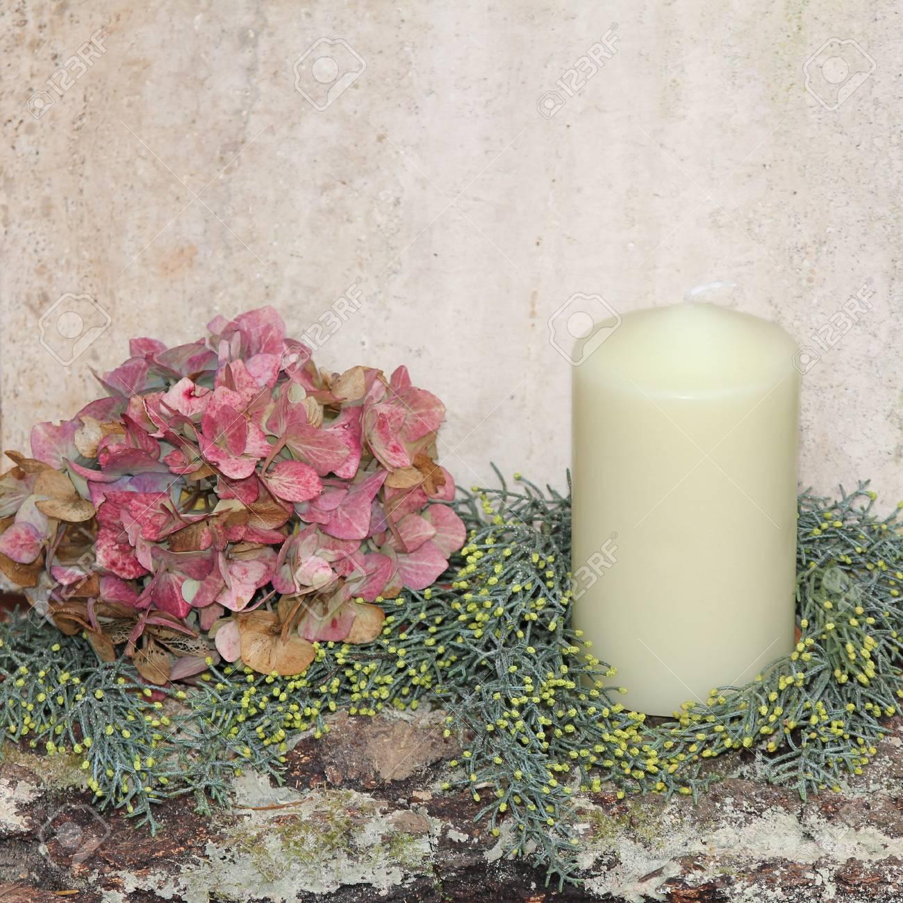 rustique décoration de noël fait maison avec des fleurs d'hortensia