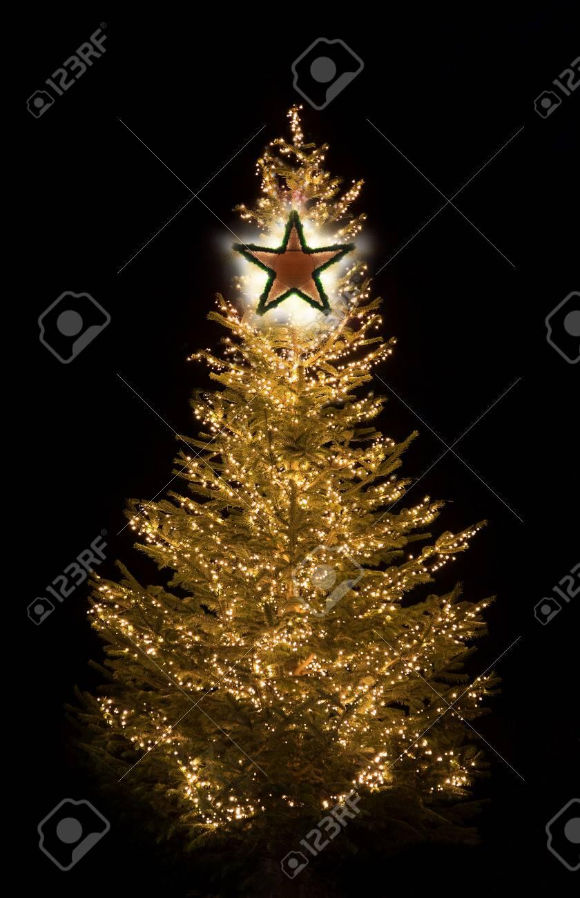 Beleuchteter Weihnachtsbaum Nachts Mit Goldenen Glänzenden Lichtern ...
