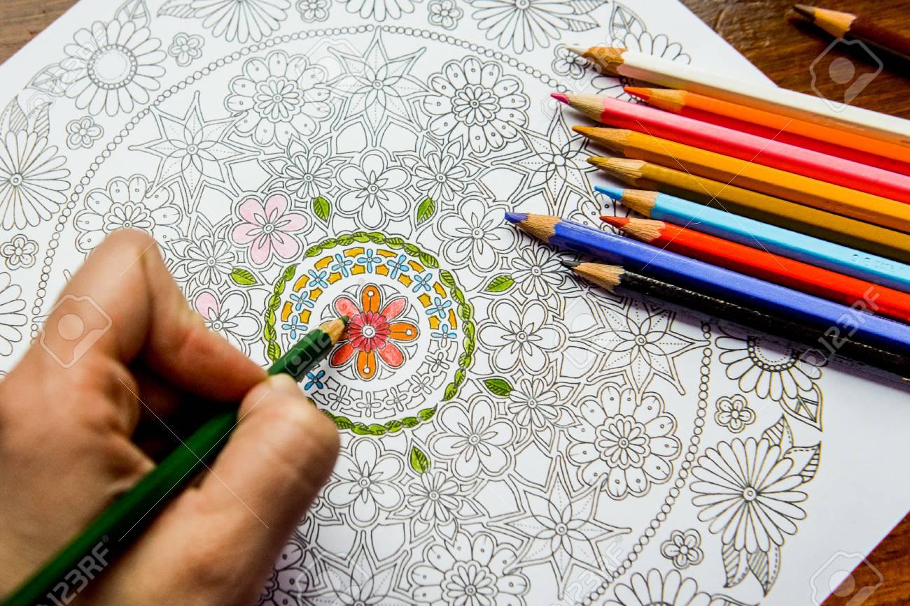 Antiestrés Libro Para Colorear En El Proceso De Dibujo Mujer Pinta El Razukrashki Sobre La Mesa Son Lápices De Colores Y El Té El Café