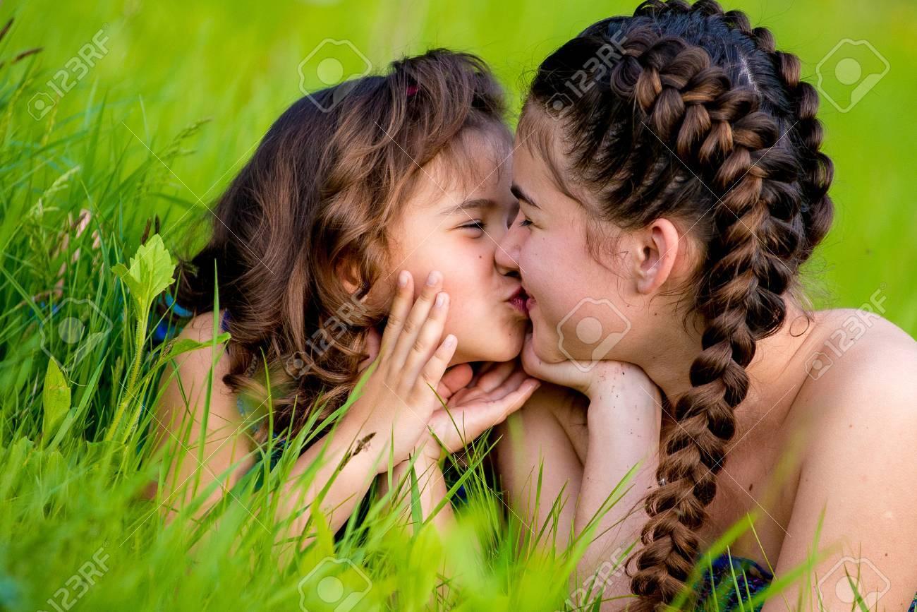 1637e2b52e4a9 Standard-Bild - Zwei Schwestern auf dem Rasen und süßen Lächeln liegend.  Sommer