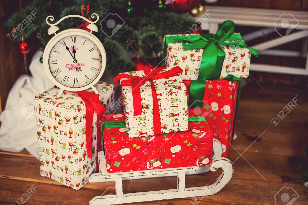 Sapin De Noel Decoration Traditionnelle photo de coffrets cadeaux de luxe sous le sapin de noël, décorations pour  la maison du nouvel an, emballage des cadeaux de santa, sapin festif décoré