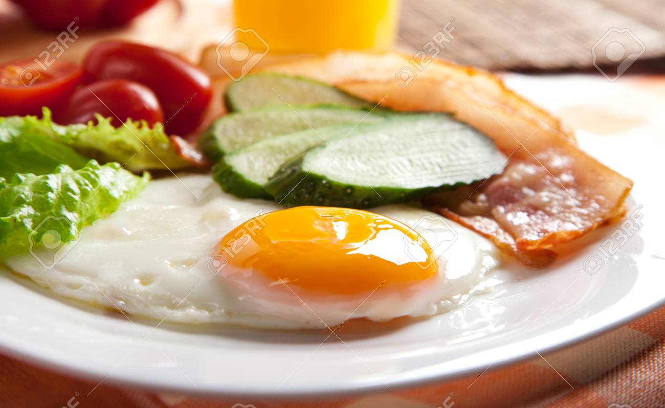 fried egg with fresh vegetables on plate Stock Photo - 11814313
