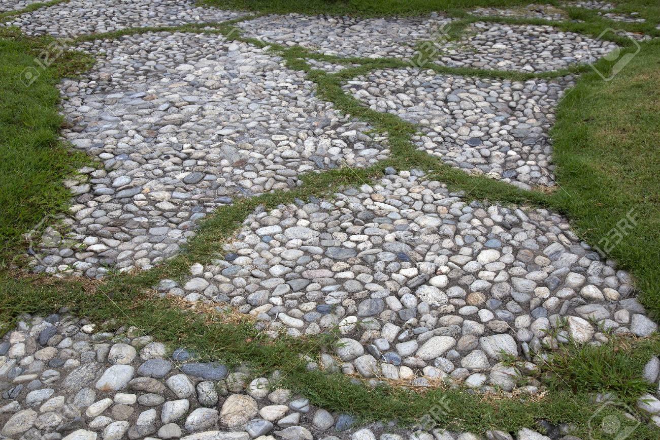 feld grünen rasen mit stein kiesweg und gehweg zu fuß weg im garten