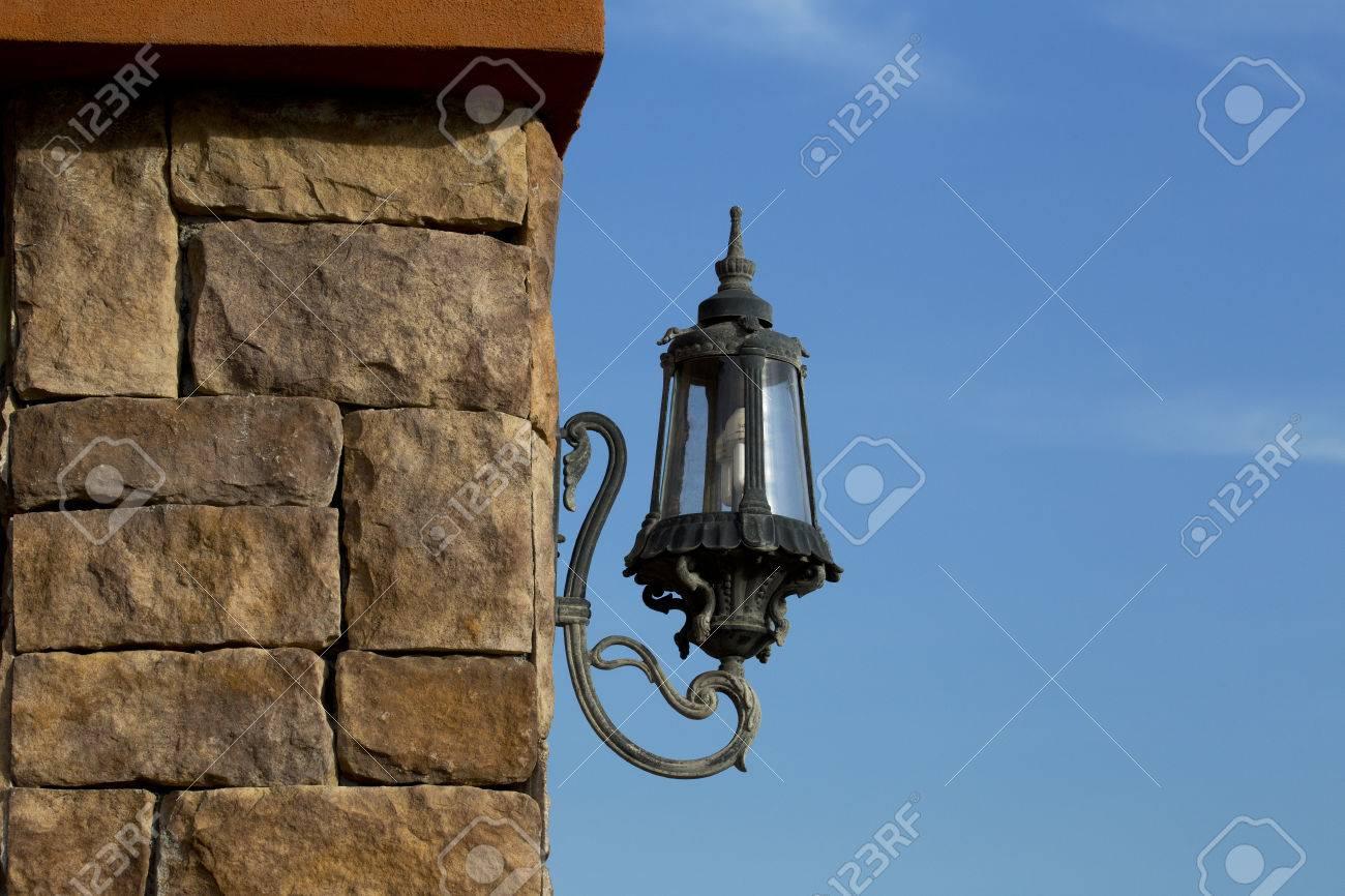 Lampada Lanterna D'epoca In Un Antico Granaio Rustico Con Età ...