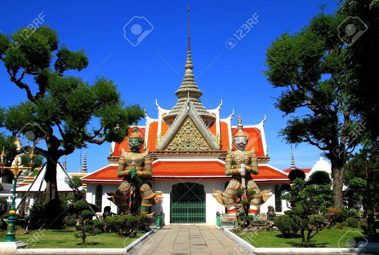 Coincidenze - Pagina 2 10490827-Due-giganti-statue-nelle-chiese-Wat-Arun-Bankok-Thailandia--Archivio-Fotografico