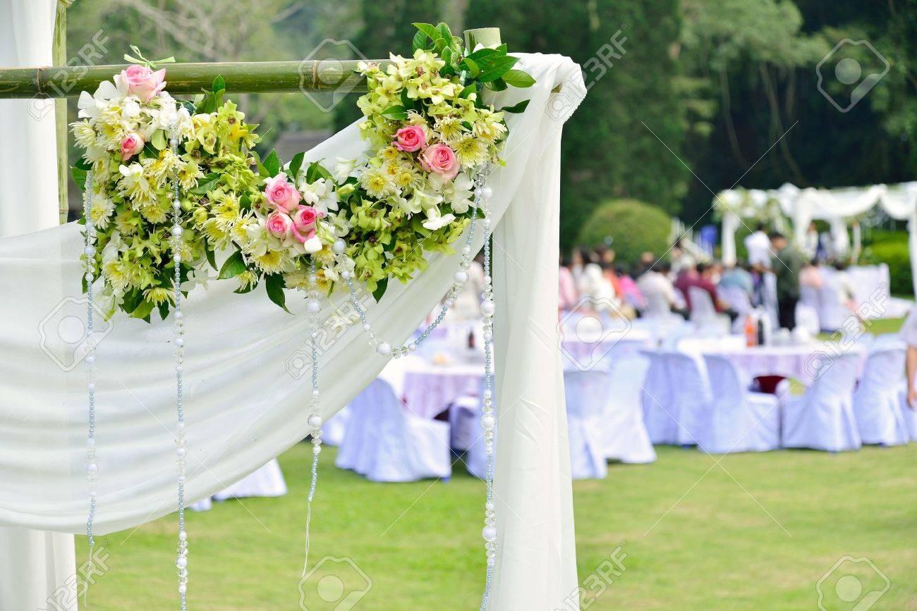 de flores blancas durante la ceremonia de la boda al aire libre foto de archivo