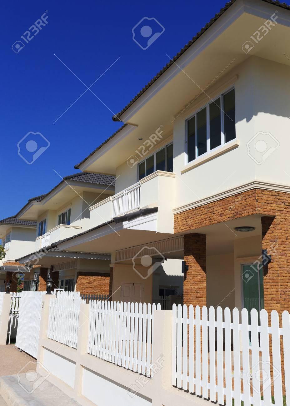 Großes Haus Modernen Stil Mit Blauem Himmel Im Hintergrund ...