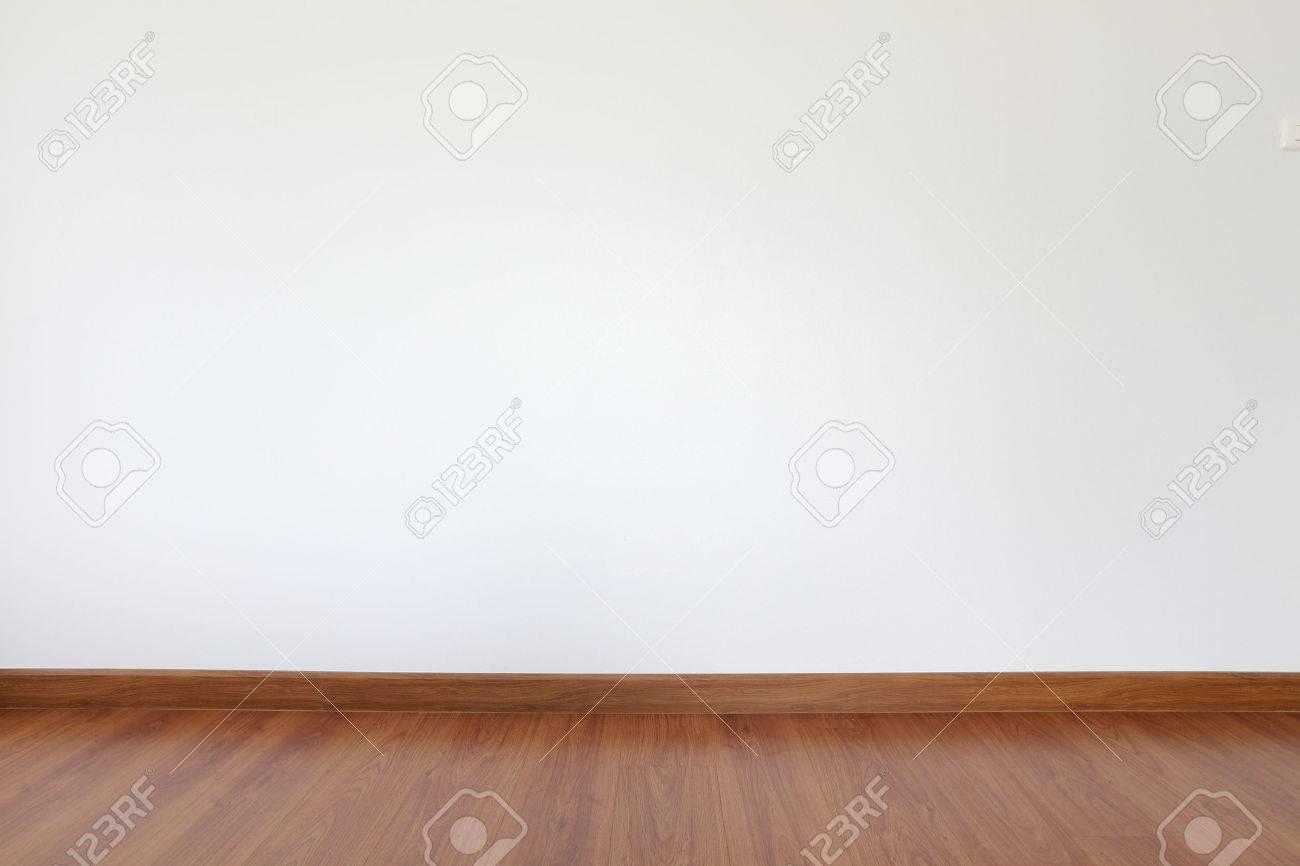 Witte mortel muur en houten vloer in de kamer royalty vrije foto ...