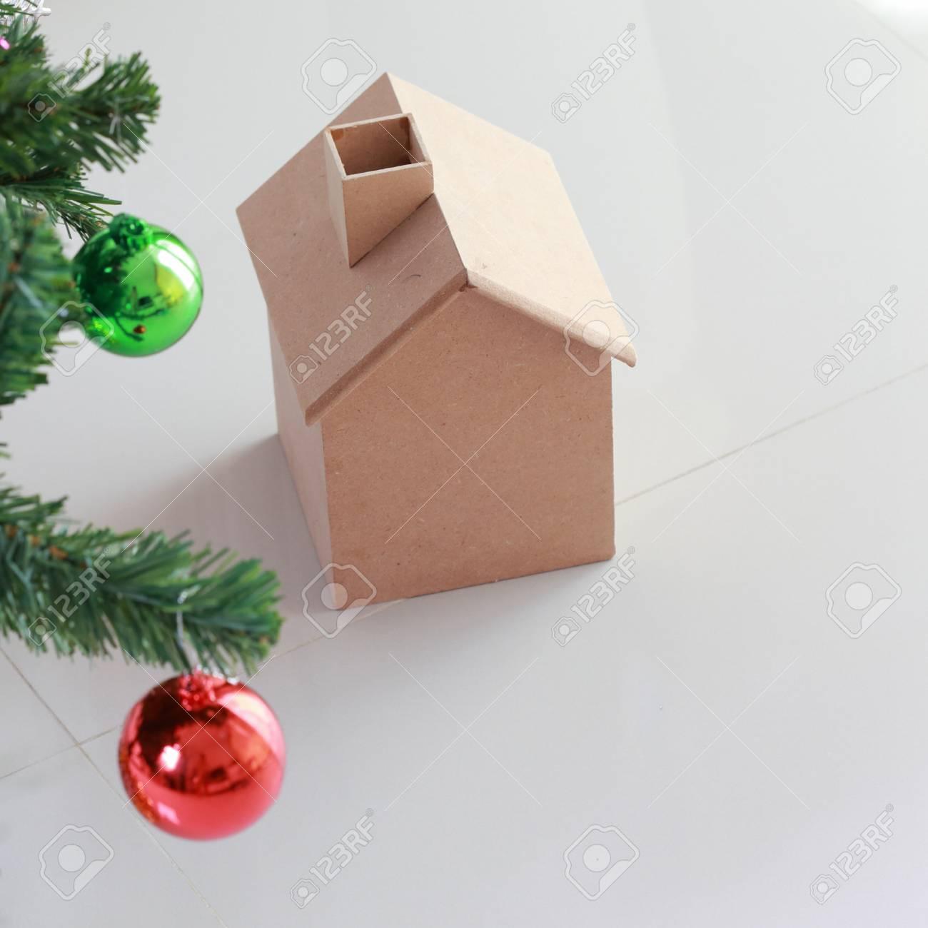 Decoration De Noel Avec Une Petite Maison Et Arbre En Bois Banque D